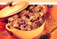 Cassola de plàtans, cansalada i prunes passes
