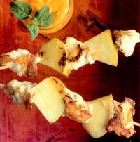 Broqueta de rap i Reineta a la graella, amb salsa de porros de Sahagún i pebrots del Bierzo